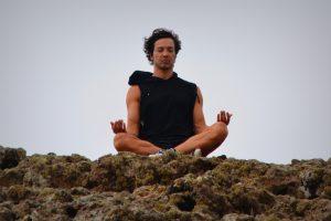 外で瞑想する男性