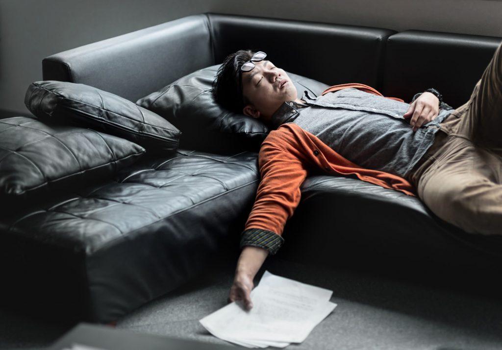 寝てる男性