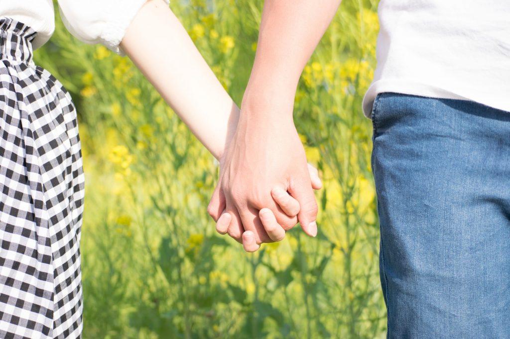 仲良く手をつなぐ男女